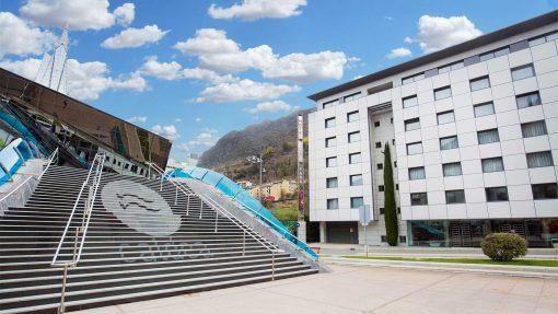Mola Park Atiram, fachada junto a las escaleras de Caldea